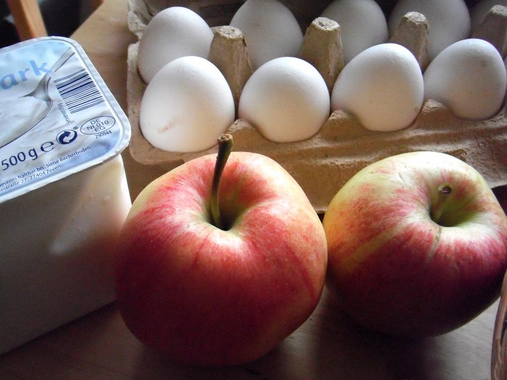 Low-Carb-Lebensmittel Quark, Apfel und Eier