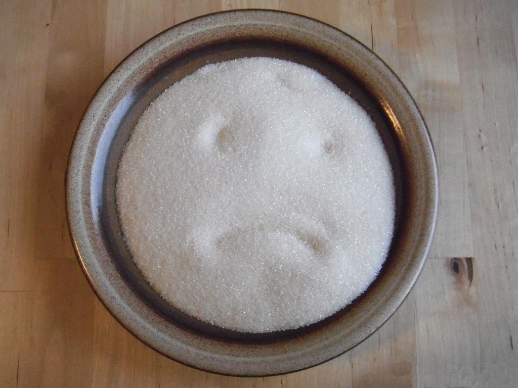Kristallzucker auf einem Teller