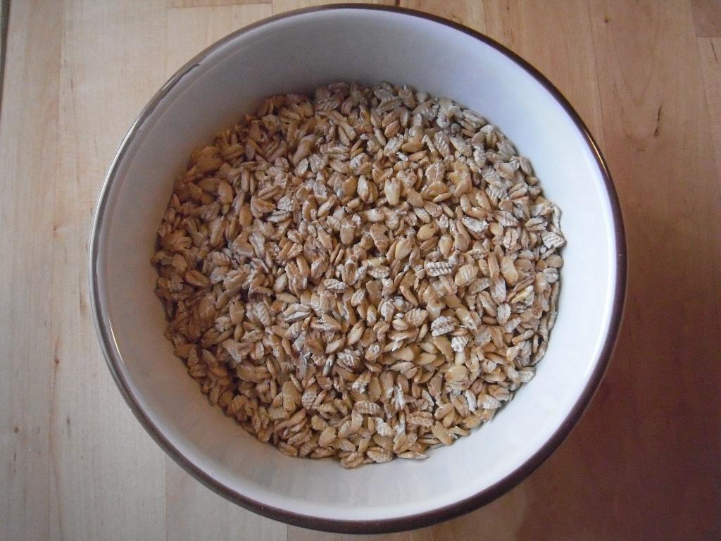 Kernige Getreideflocken in der Müslischüssel