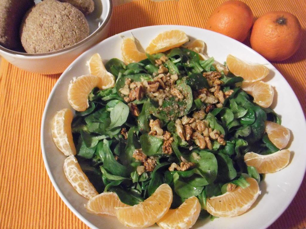 Winterlicher Feldsalat mit Mandarine und Walnuss. Vegan