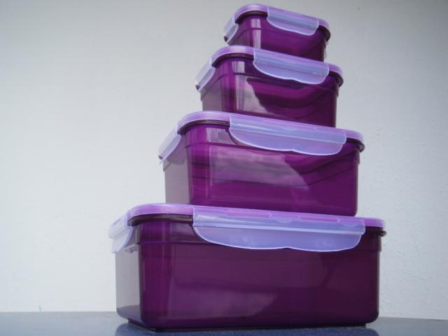 Vier übereinandergestapelte, lilafarbene Tupperdosen