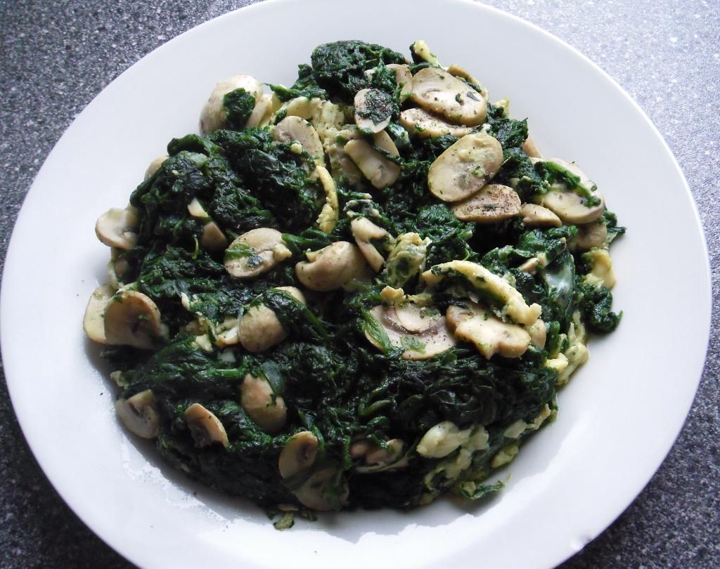 Spinat-Ei-Pfanne mit Champignons. Low-Carb, Low-Fat