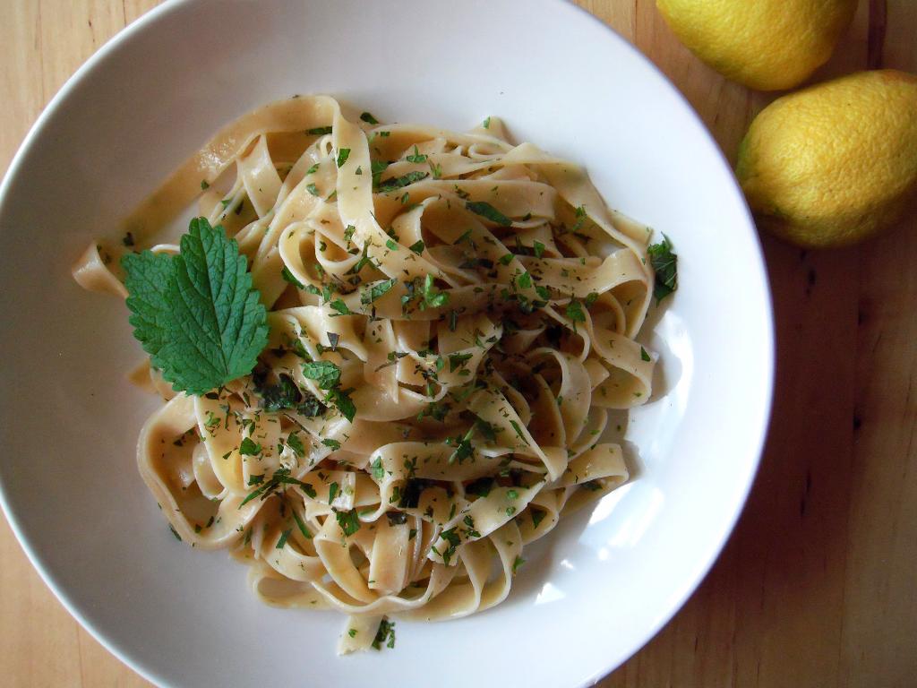 Vegane Zitronennudeln mit Melisse