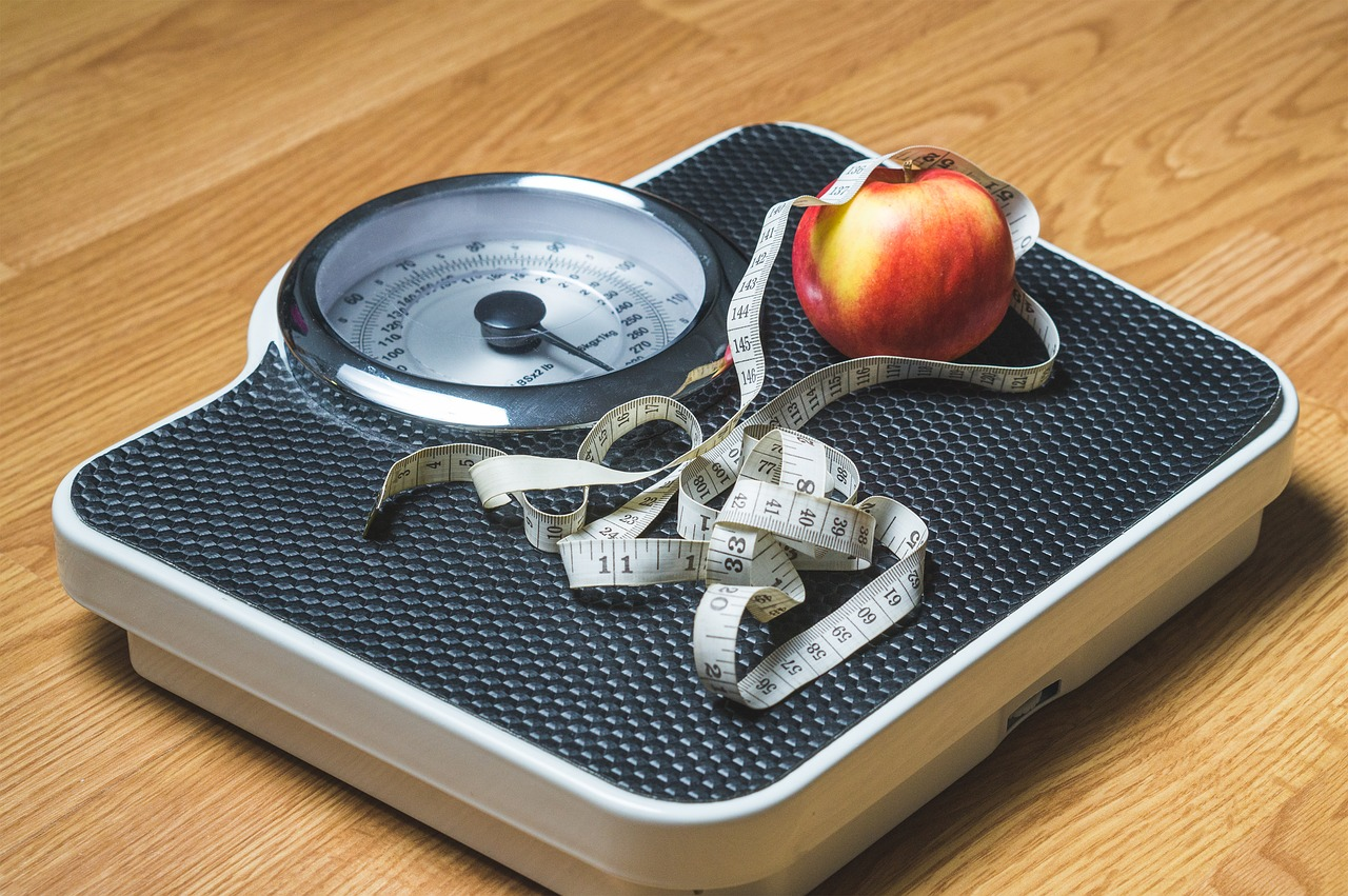 Körperwaage, Maßband, Apfel