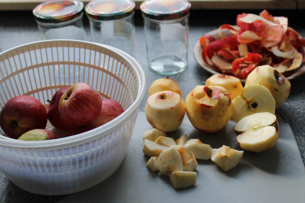 Ungeschälte Äpfel, geschälte und gestückelte Äpfel, Einmachgläser, Apfelschalen