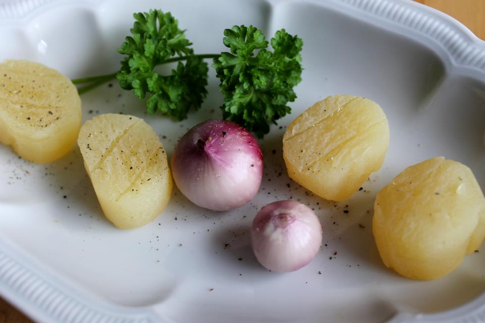 Harzer Käse, garniert mit ganzen Zwiebeln, Pfeffer und Petersilie