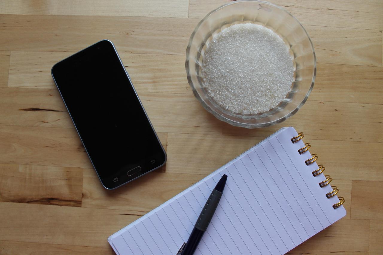 Smartphone, Schale Zucker, Notizblock, Stift
