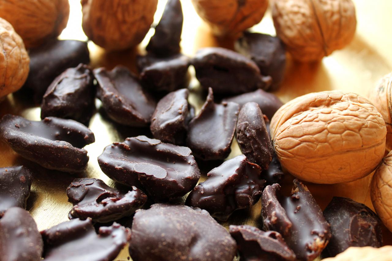 Datteln in 100% Kakao von Edelmond mit Walnüssen dekoriert