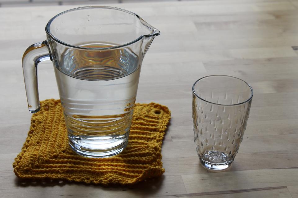 Wasserkaraffe mit Wasser, leeres Glas
