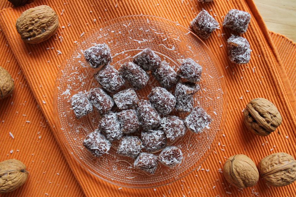 Dattel-Kokos Konfekt, kleine Häppchen auf einem Teller angerichtet
