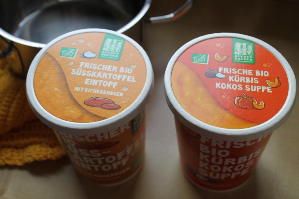 Kürbis-Kokos-Suppe und Süßkartoffeleintopf von Küchenbrüder in der Verpackung