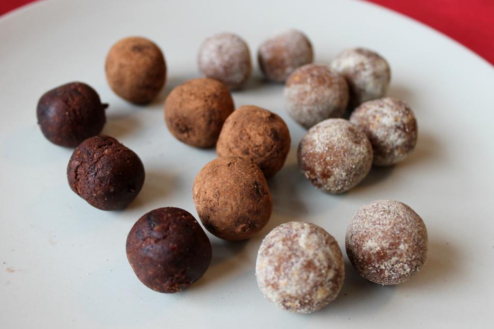 Schokokugeln und Fruchtkugeln von Govinda ohne Verpackung, links Schokokugeln, rechts Fruchtkugeln