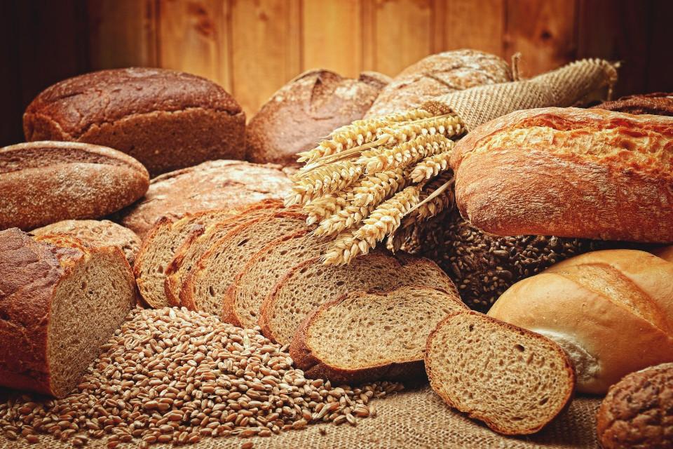 Verschiedene Brotsorten, Getreidekörner, Getreideähren